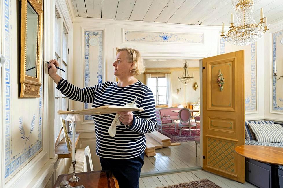 Sofia Maleike-Ruokola koristemaalaamassa tapettia. Hän on opetellut vanhan taidon.