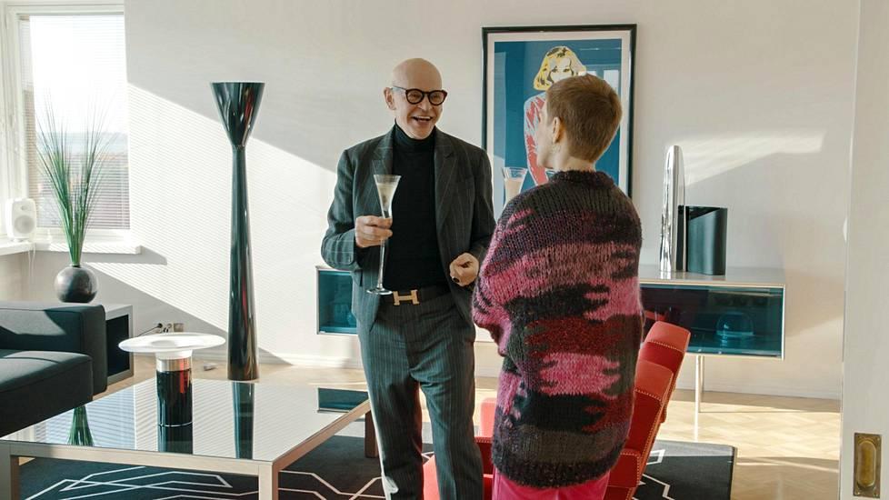 Tanssilegenda tarjoilee juontaja Maria Veitolalle samppanjaa käsintehdyistä Nanny Stillin nuottiavainlaseista.