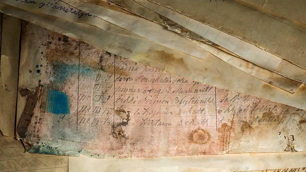 Vanhoista papereista pystyy lukemaan vallankuomousoikeuden langettamia tuomioita, todistajien kuulusteluja, syyttäjien vaatimuksia ja syytettyjen vastauksia.