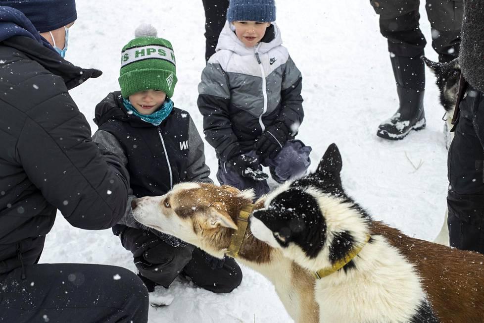 Noel ja Leon tutustuivat kummikoiriin koiratarhalla perjantaina.
