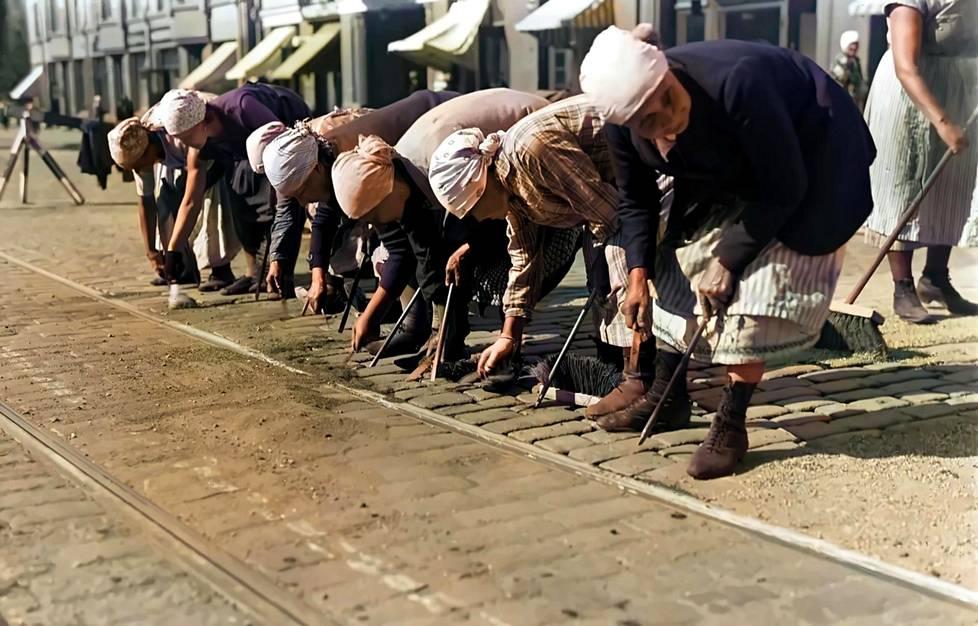 Naiset katukivityössä 1930-luvulla.
