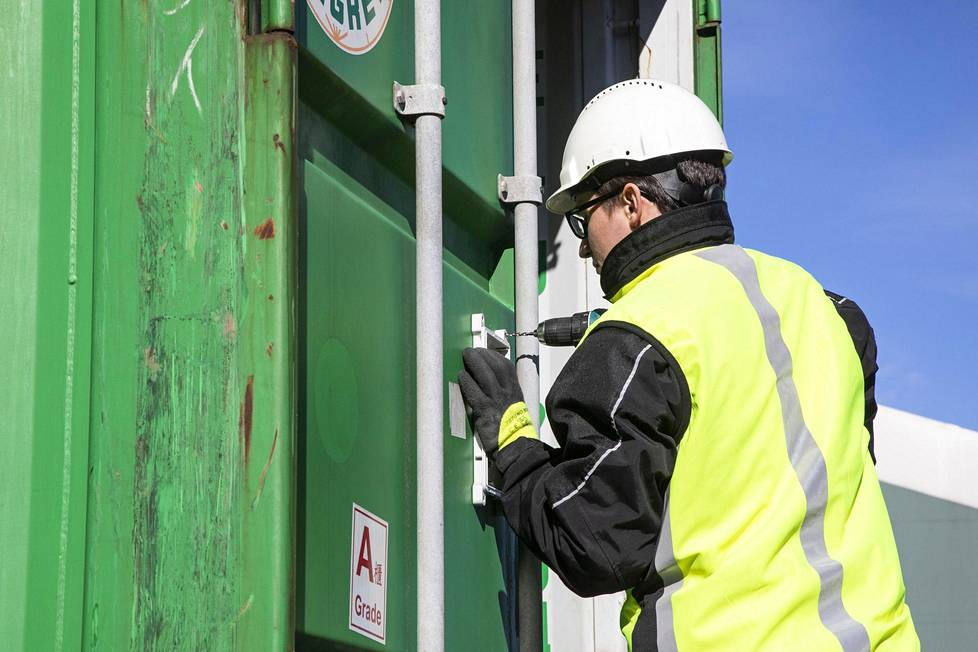 Kimmo Konttinen PPO-elektroniikasta kiinnitti oveen jäljittimen, jonka avulla kontin matkaa voidaan seurata loppuun saakka.
