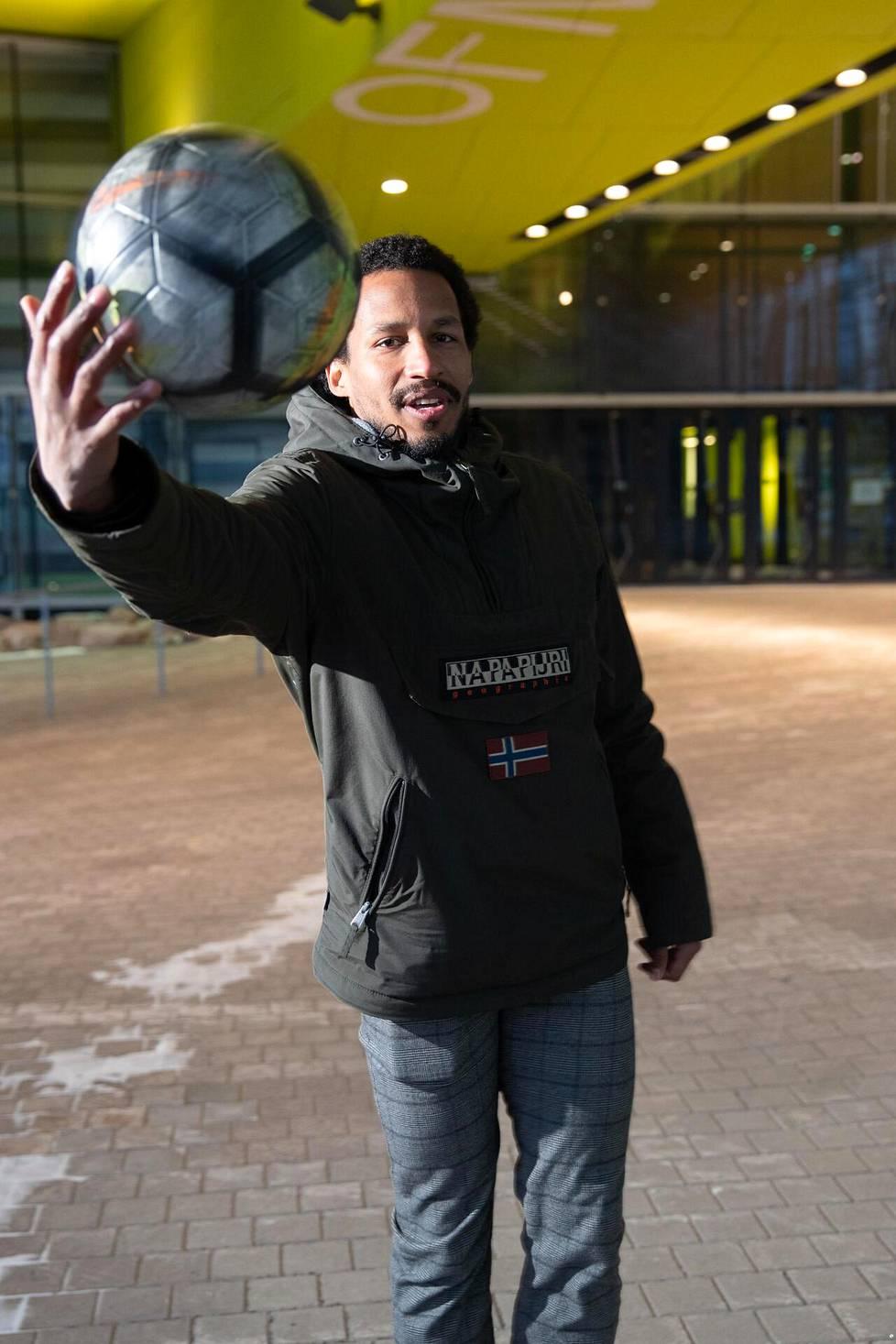 David Ramadingaye opiskelee urheilujohtamista pelaamisen ohella.
