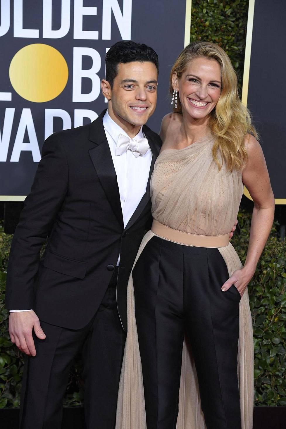 Parhaan näyttelijän palkinnon draamaelokuvasta voittanut Rami Malek kollegansa Julia Robertsin kanssa. Roberts valitsi ylleen trendikkään housumallisen luomuksen.