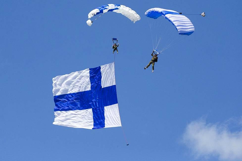 Lentonäytös alkoi näyttävällä laskuvarjohypyllä Suomen lipun kanssa.