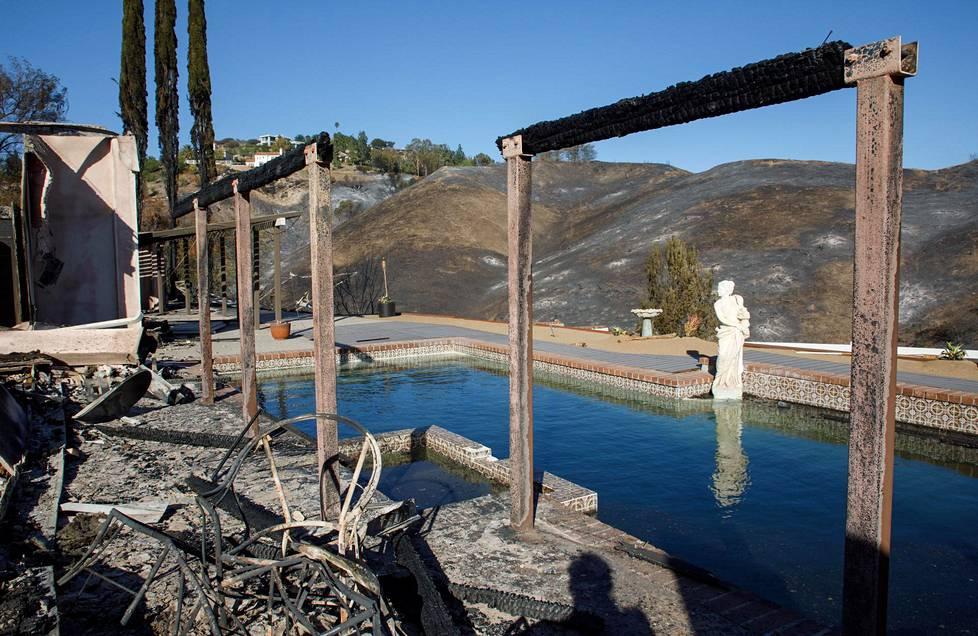 Uima-allas ja patsas ovat ainoat, jotka jäivät jäljelle kodista Woolsey Fire -palon jälkeen.