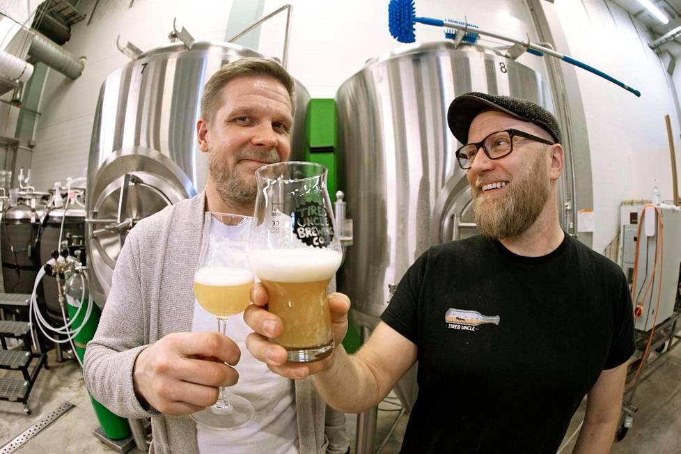 Tired Uncle -panimon osakkaat Robert Löflund ja Matti Nikkonen skoolaavat oman panimon tuotteilla.