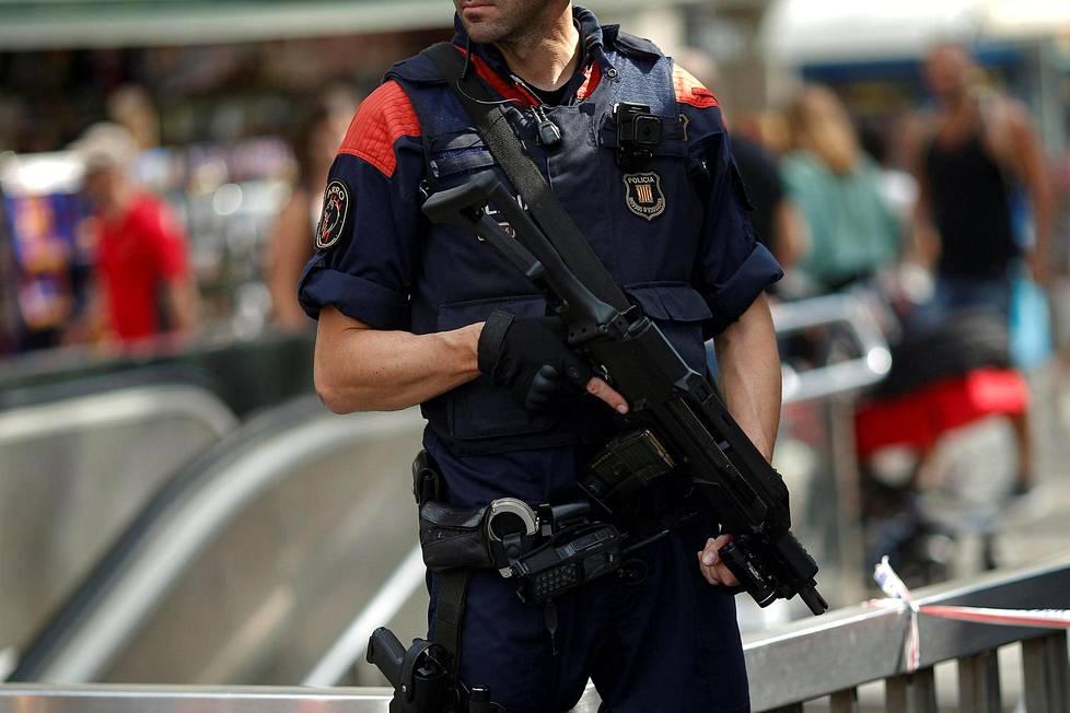 Katalonian poliisi Mossos d'Esquedra alistettiin suoraan Espanjan sisäministeriölle, mutta aluepoliisin johto kieltäytyi tottelemasta.