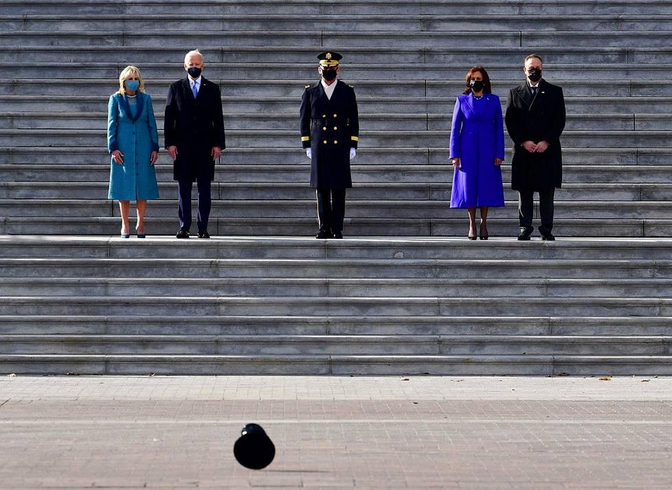 Navakka tuuli lennätti hattua presidentti- ja varapresidenttipariskuntien seuratessa sotilasparaatia Capitol-kukkulalla.