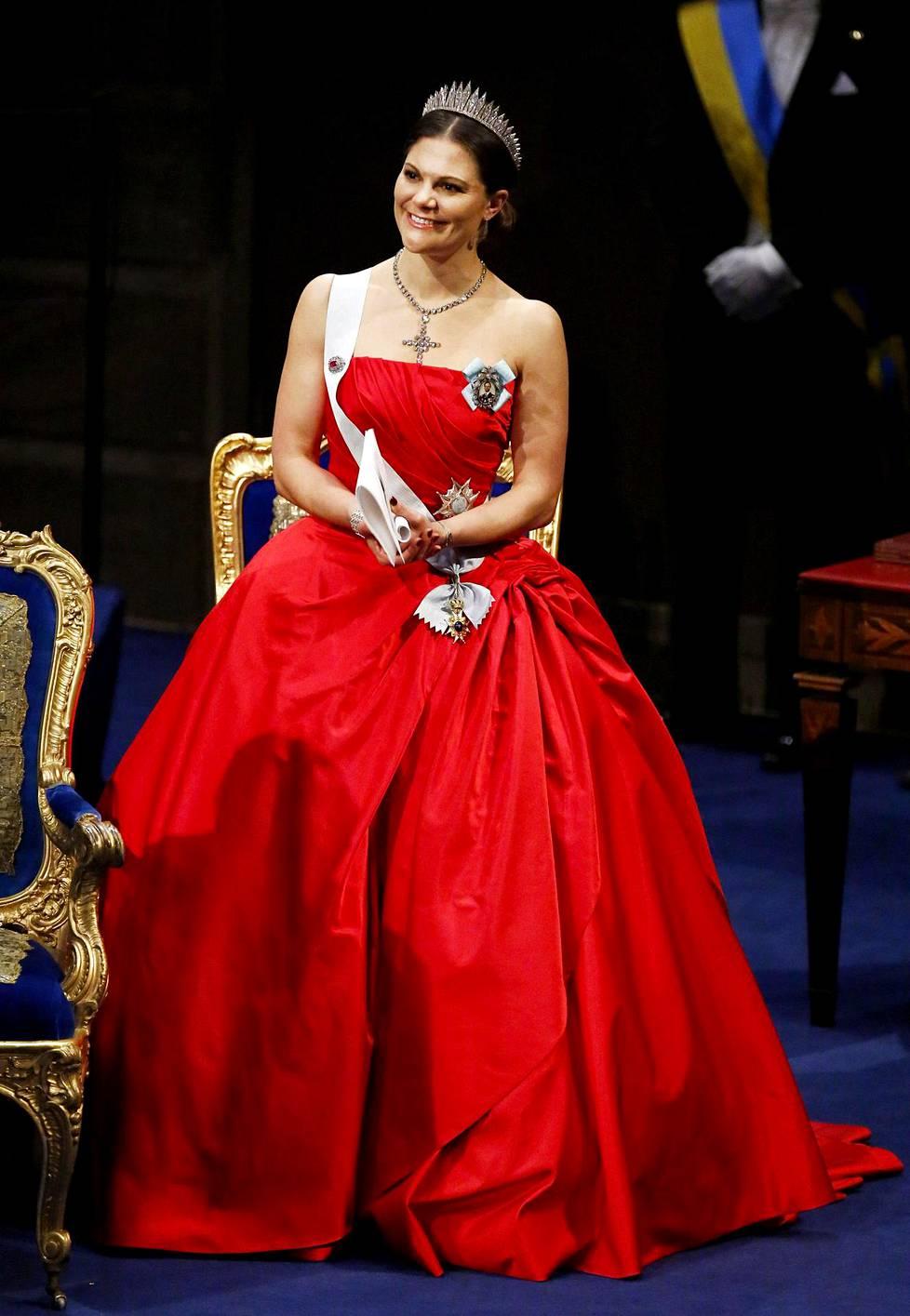 Kruununprinsessa Victorian upeaa punaista juhlatyyliä kritisoitiin etikettivirheestä.