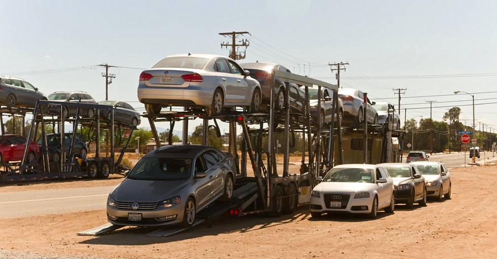 Autonkuljetusautosta puretaan lisää henkilöautoja lentokentälle varastoitavaksi.