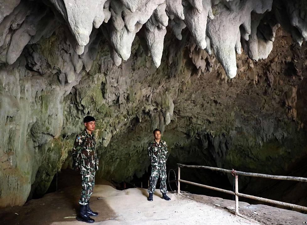 Puistonvartijat vahtivat Tham Luangin luolan suuaukkoa huhtikuun lopulla. Sisälle ei ole yleisöllä toistaiseksi asiaa.