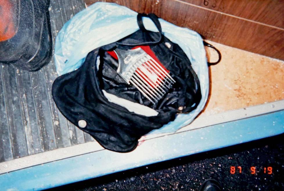 Käsilaukusta löytyi uhrin henkilöllisyystodistus.