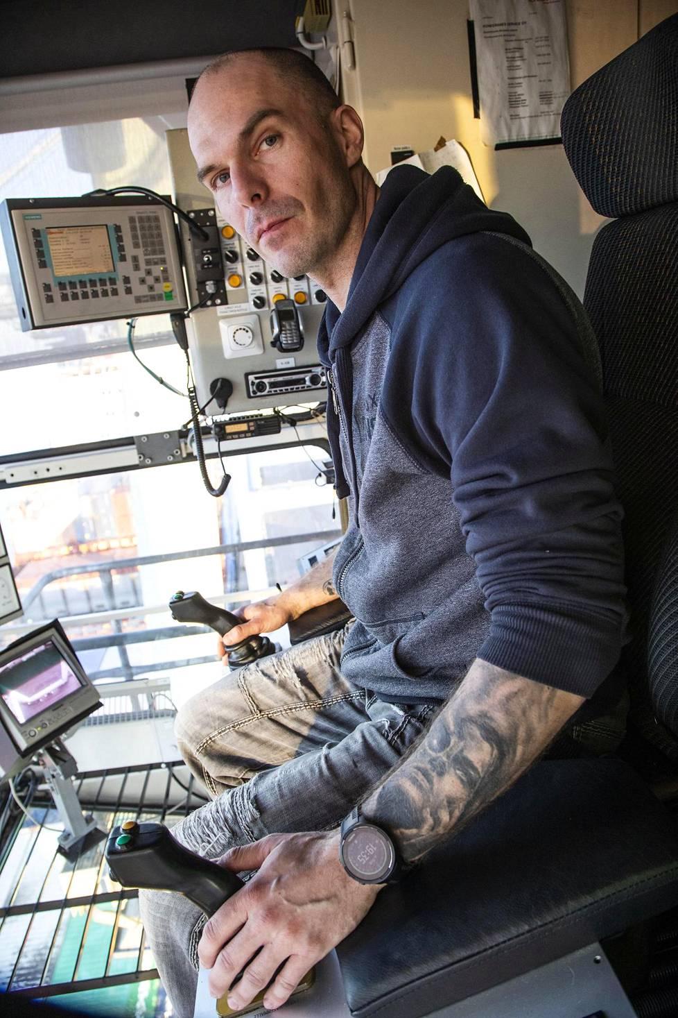 Satamanosturin kuljettaja Joni Hampus nosti kontin laivaan.