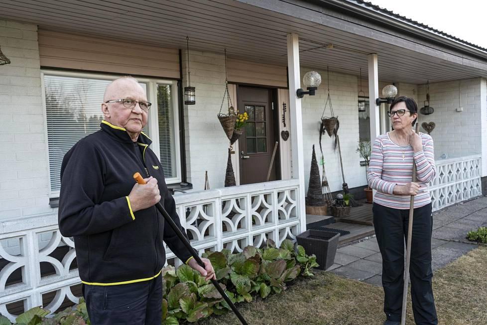 Martti ja Raija Savolainen asuvat Ruotasen kylällä. – Alkaa olla kiire saada kaivoksen tiloihin uutta käyttöä, eläkkeellä oleva kaivostyöntekijä Martti sanoo.