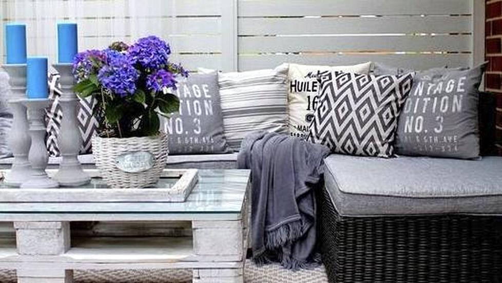 Terassin sohvan voi vuorata pehmeillä peitoilla ja tyynyillä ja paras päiväunipaikka on takuuvarma. Kuormalavoista rakennettu pöytä antaa terassille boheemia ulkonäköä.
