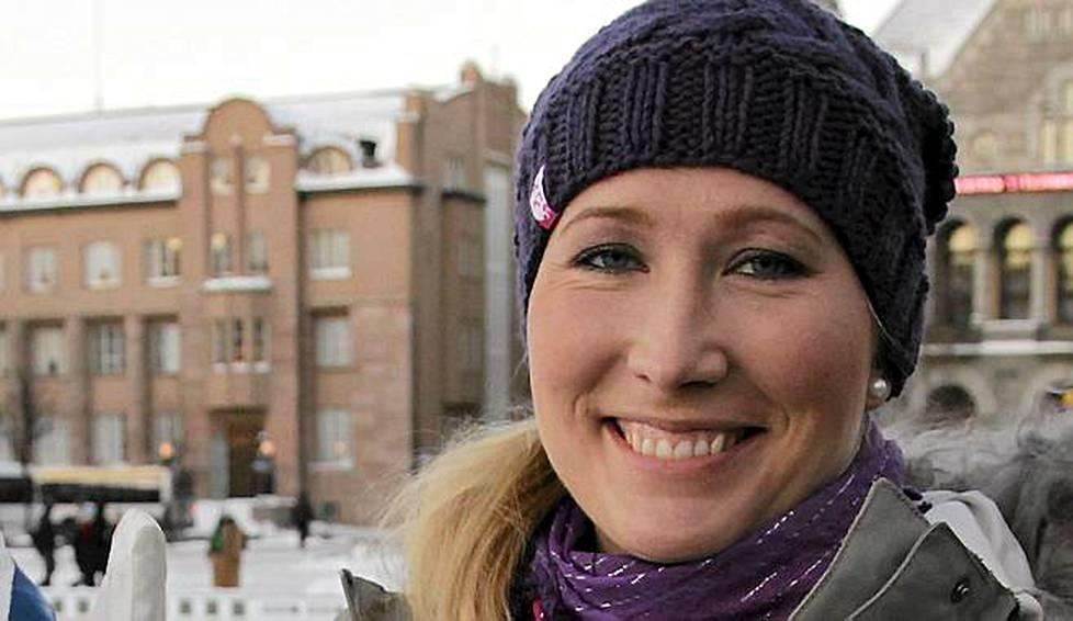 Urheilutoimittaja Inka Henelius kihlasi nuoren