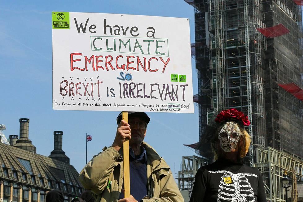 """""""Meillä on ilmastohätätila, joten brexit on merkityksetön"""", luki protestiin osallistuneen miehen kyltissä."""