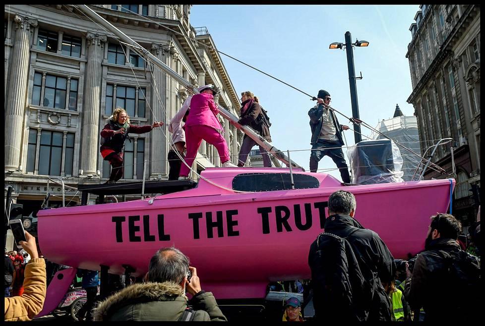 """""""Kertokaa totuus"""", luki Oxford Circusilla kuljetetun pinkin veneen kyljessä."""