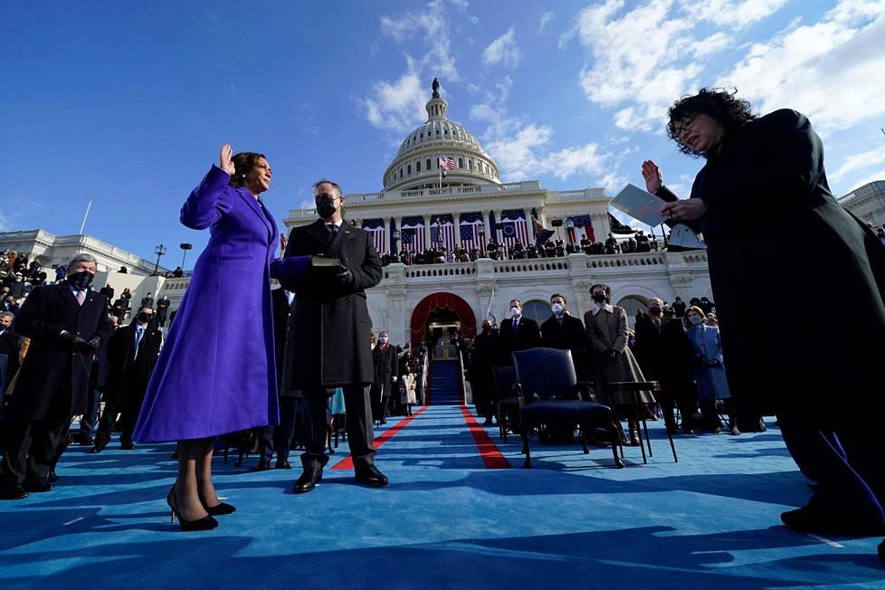 Kamala Harris vannoo virkavalansa ensimmäisenä Yhdysvaltain naisvarapresidenttinä.