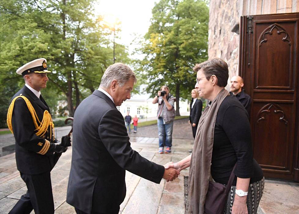 Presidentin otti vastaan Tuomiokirkon kappalainen Sari Lehti.