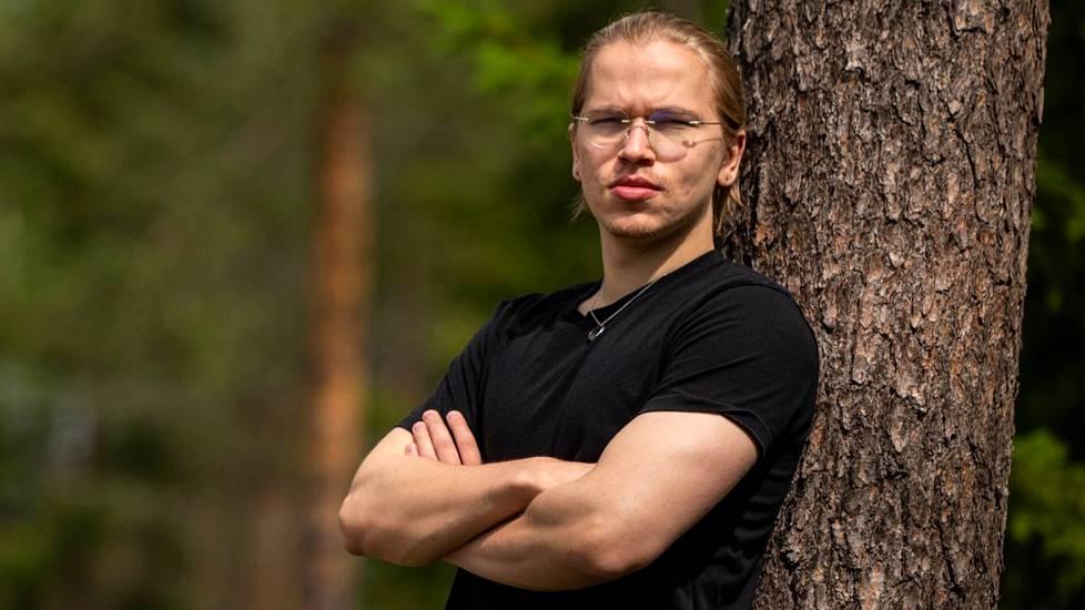 Topias Taavitsainen on Dota 2 -videopelin kaksinkertainen maailmanmestari. Mestaruuksien ohella ura on tuonut 23-vuotiaalle pelaajalle miljoonaomaisuuden.