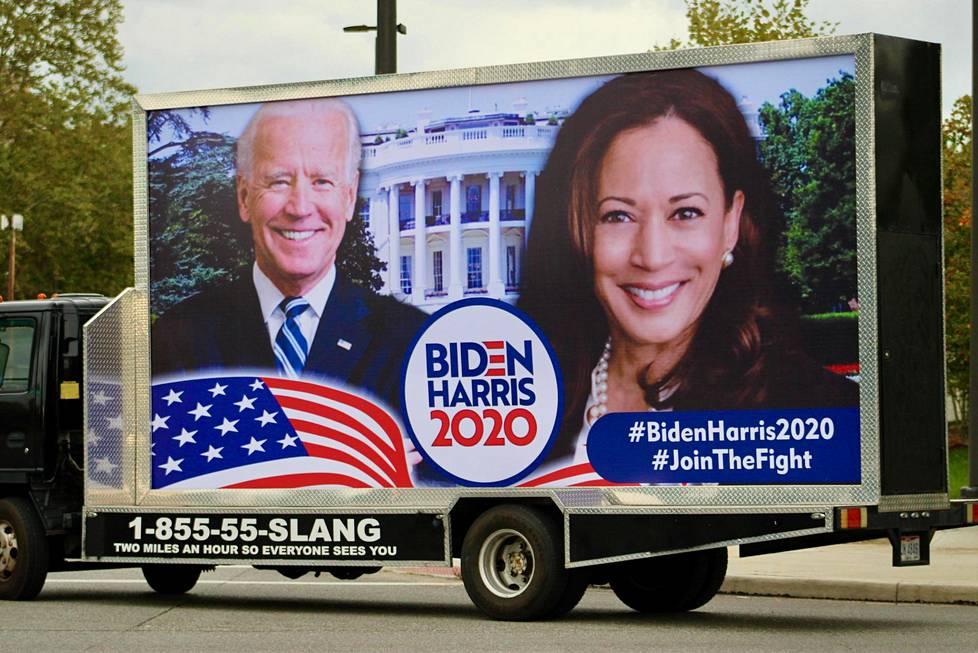 Ehdokkaita mainostetaan liikkuvissa mainostauluissa. Yhdysvalloissa presidentinvaalien kampanjointi on kovimmillaan.