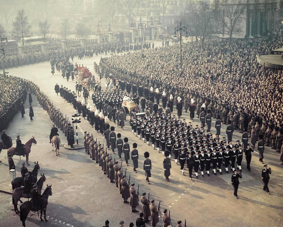 Monarkin kuolemaa seuraa tarkka protokolla. Kuningas Yrjö VI on edellinen hallitsija, jonka Britannia on haudannut vuonna 1952.