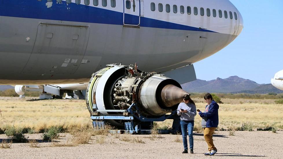 Jumbojetin moottori on irrotettu varaosia varten.