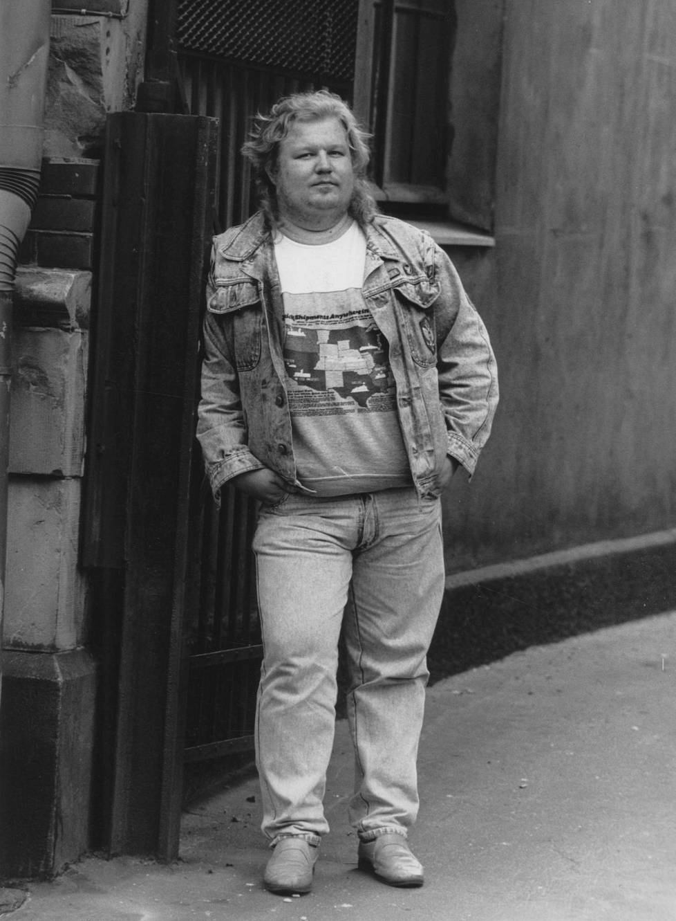Jope Ruonansuu vuonna 1988. Ruonansuu aloitti uransa viihteen parissa stand-up-koomikkona 80-luvulla. Suuren yleisön tietoisuuteen hän nousi Klaustrofobia-viihdeohjelmassa, jota esitettiin MTV3-kanavalla vuosina 1982–1984. Ohjelma keräsi tv-ruutujen eteen miljoonayleisön. Vuonna 1988 Ruonansuu julkaisi debyyttialbuminsa ja pääsi samana vuonna esiintymään suuren idolinsa Vesa-Matti Loirin Vesku Show'hun.
