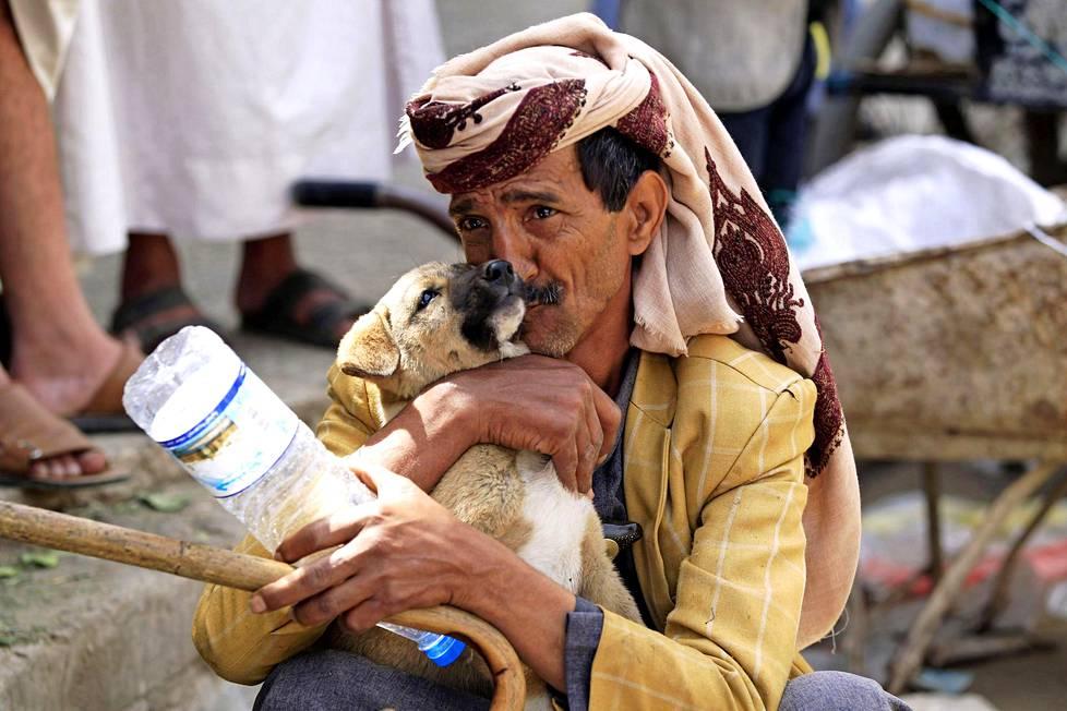 Hetki hellyyttä. Jemeniläinen mies leikkii koiranpennun kanssa pääkaupungissa Sanaassa. Maassa on meneillään humanitaarinen kriisi pitkittyneiden konfliktien vuoksi.