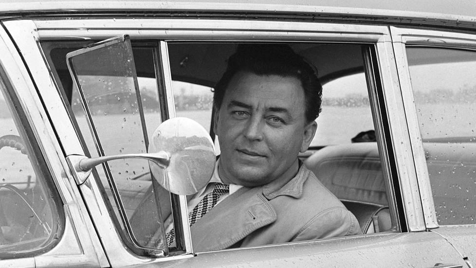 Virta ajeli ylpeänä viimeistä mallia olevalla autollaan, Chevrolet Bel Air, Tervasaarenrannassa Helsingissä vuonna 1958.