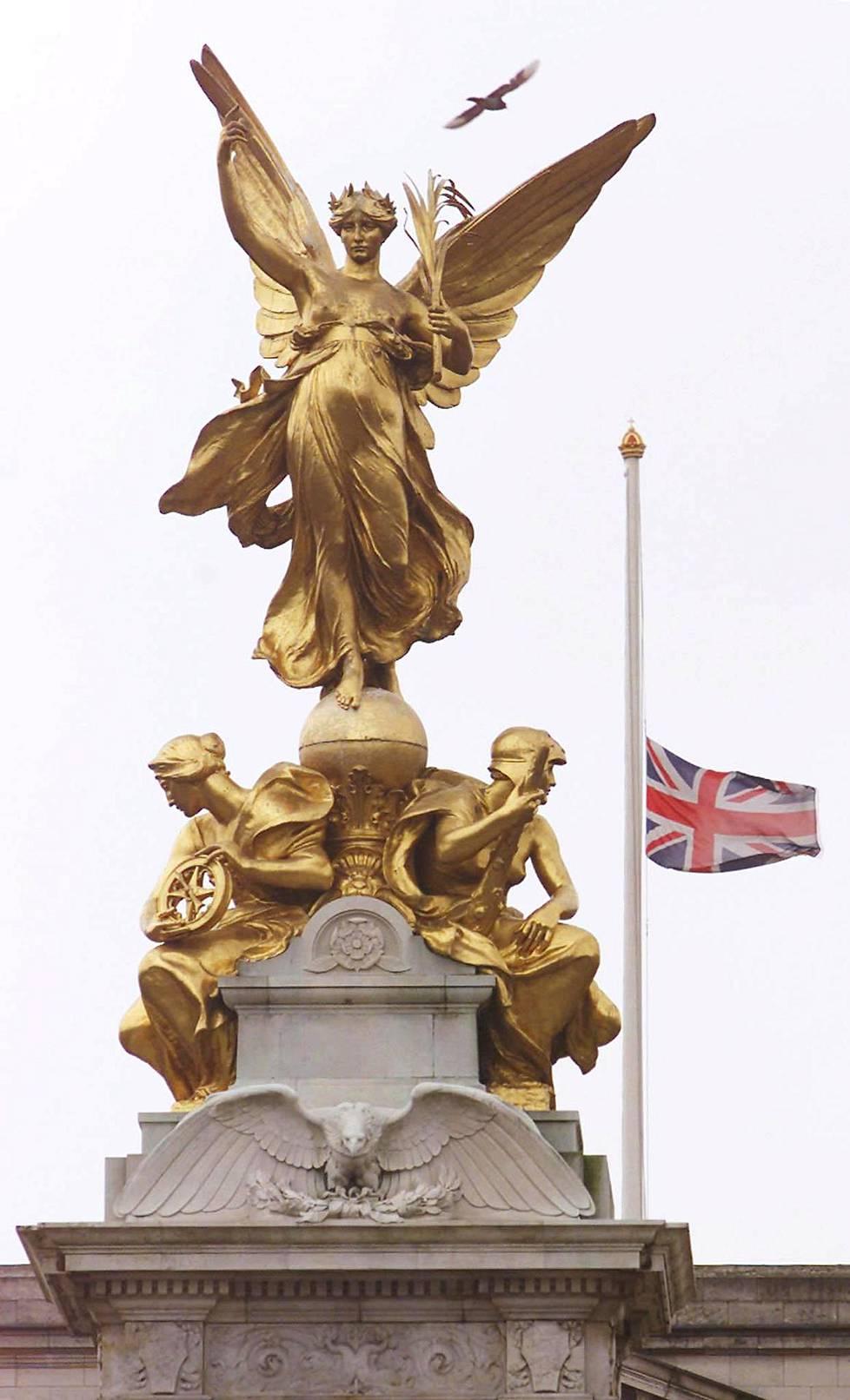 Buckinghamin palatsissa monarkin kuolemasta kertovat puolitankoon lasketut liput sekä porttiin kiinnitetty tiedote poismenosta.