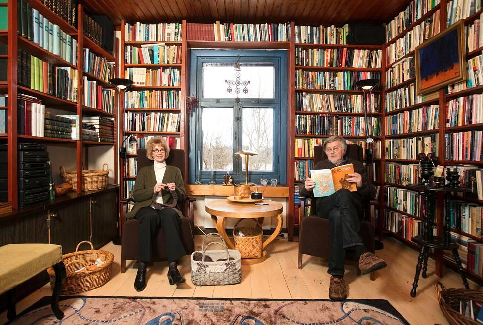 Kaari Utrio ja Kai Linnilä kotonaan vuonna 2017.