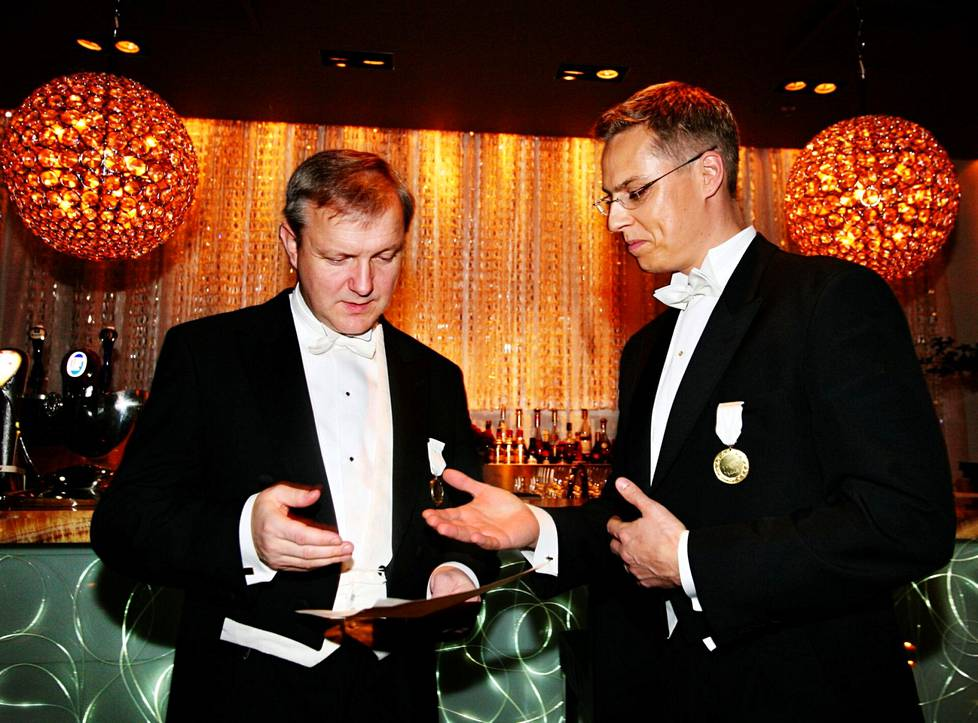 Alexander Stubb luovuttaa Olli Rehnille Valtion EU-jäsenhakemuksen ja kunniamitalin.