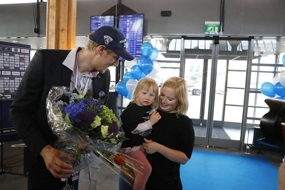 Marko Anttila pääsi tapaamaan Iita-tytärtään. Väenpaljous jännitti pientä Iitaa.