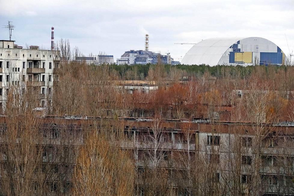 Tshernobylin ydinvoimala nähtynä Pripjatin hylätystä kaupungista 23. maaliskuuta 2016.