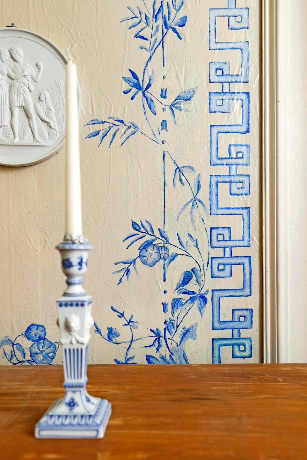 Sofia Maleike-Ruohola ja Esa Ruohola ovat kunnostaneet ratsutilasta itselleen unelmakodin. Aikoinaan koristemaalarit kiersivät talosta taloon ja tekivät tapetteja maalaamalla.