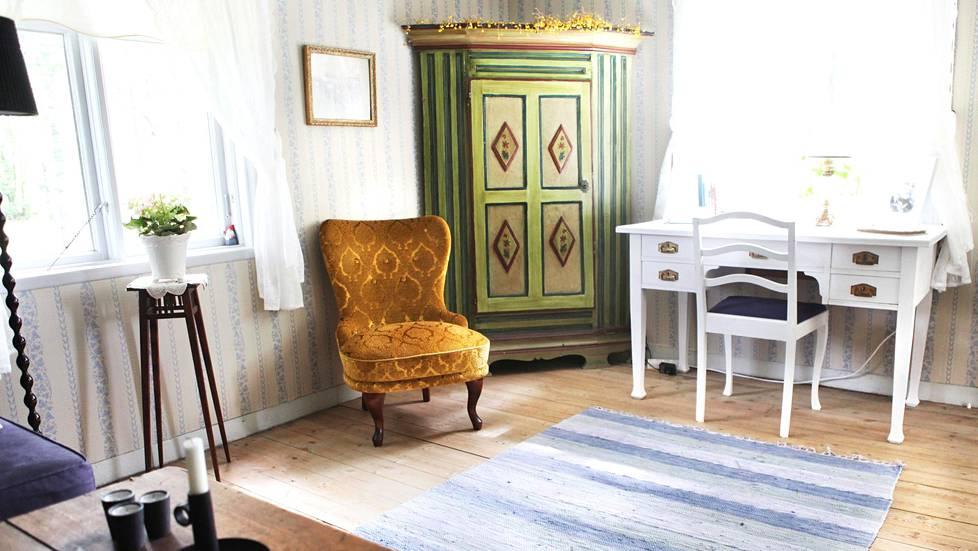 Antiikkikaappi vuodelta 1807 on Christinan äidinäidin lapsuudenkodista. Kirjoituspöytä ja nojatuoli löytyivät kirpputorilta. Olohuoneessa roikkuu Karl Anderssonin, alkuperäisen torpan isännän kuva.