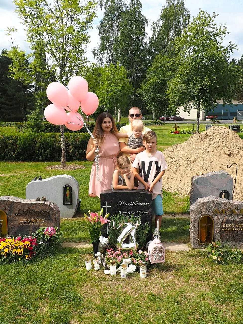 Hartikaiset vievät vauvan haudalle kynttilöitä, joita perheen pienimmät koristelevat tarroilla. Kun perhe valitsee hautakukkia, he pohtivat, mistä tytär voisi pitää. Haudalle on viety valkoisia liljoja, joita ostetaan muinakin juhlapäivinä.