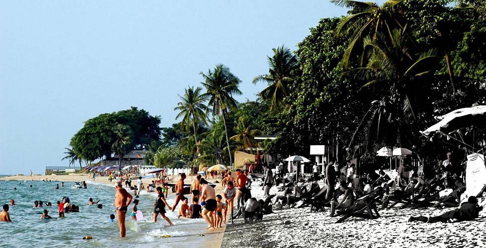 Moni haaveilee unelmaelämästä Thaimaan lämmössä, mutta asioilla on myös toinen puoli.