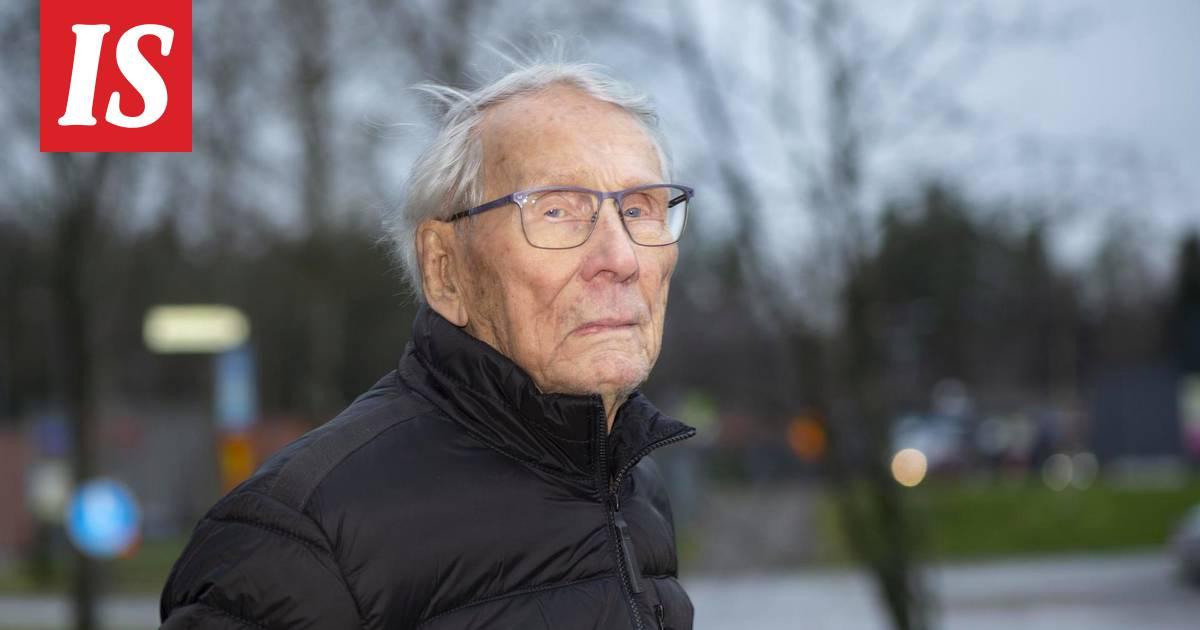 Samassa rykmentissä palvellut Otto Virkki, 96, sai kunniatehtävän...