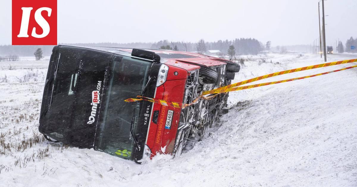 Onnibusin: Kaksi bussia onnettomuuksissa  valtatie 8:lla rysähti...