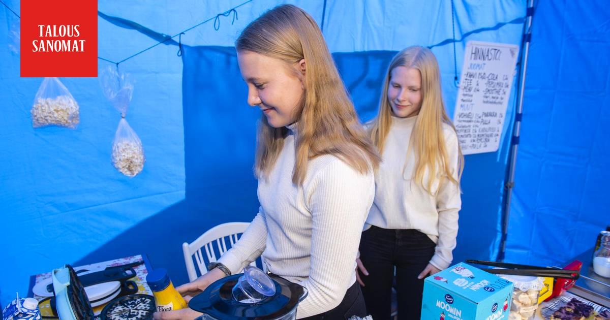 """17-vuotiaat Aija ja Heini pystyttivät kahvilan tienvarteen ja leipovat joka ilta – """"Vapaata ei ole ollut olle"""